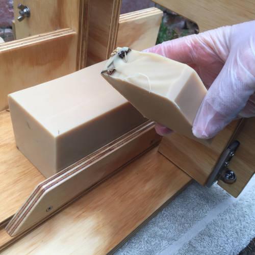 Single arm wire soap cutter cut
